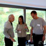 Saki, Gwénola et Patrick organisent l'espace dans la salle